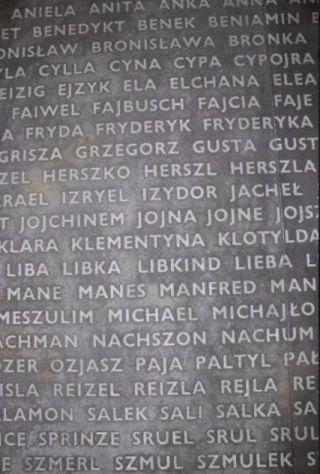 Omdat de achternamen van de slachtoffers niet bekend zijn, staan in het monument in Belzec alle meestvoorkomende Joods voornamen ter herinnering aan de slachtoffers.
