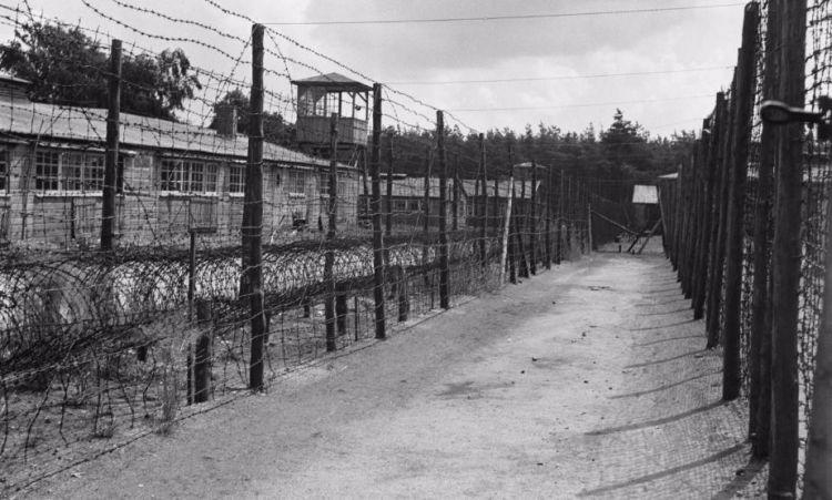 Kamp Amersfoort: Hekwerken, barak, uitkijktoren (cc - Anefo - Sem Presser)