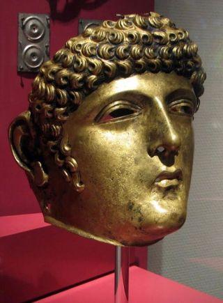 Ruitermasker van Matilo. mdat het masker net zulke kleine krulletjes op het voorhoofd heeft, werd het door de opgravers vernoemd naar de BN-er Gordon. (wiki)