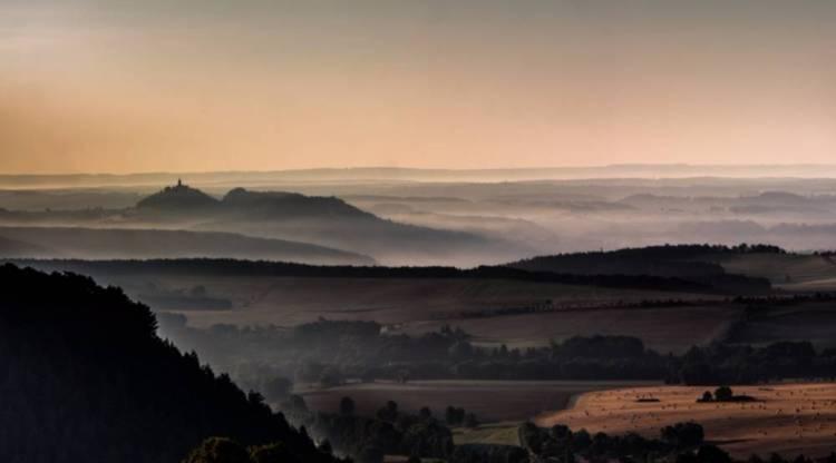 """De Leuchtenburg, In Duitsland ook wel de """"koningin van het Saaletal"""" genoemd, gezien in de ochtendnevel (cc - Alex schlotter)"""
