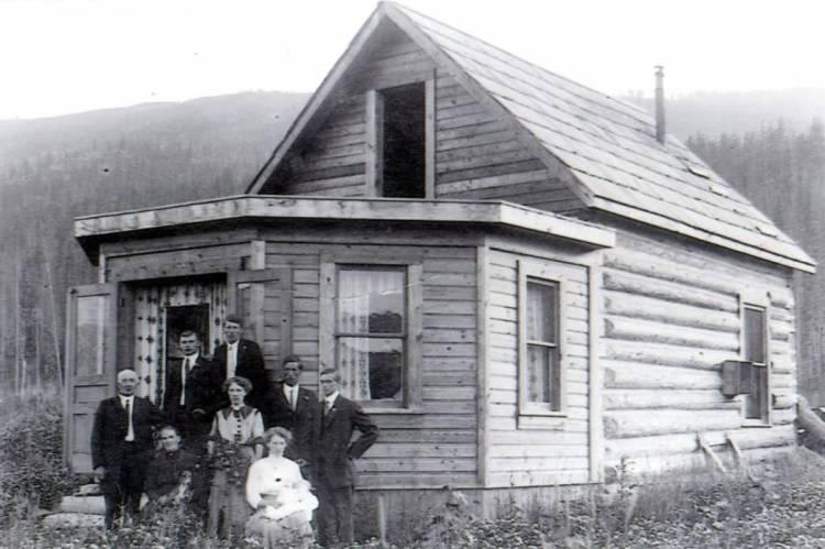 Voor de eerste blokhut, 1912. Vooraan de ouders, kinderen Jans and Lena (met haar eerste kind Wulphert/Bill), achteraan Hank Hopp, Joe, Case, Bob Hopp.