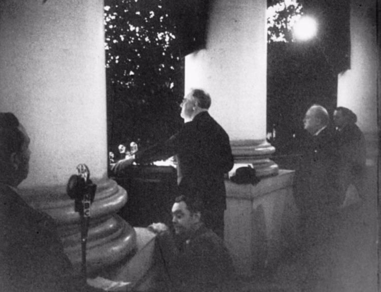 Franklin Roosevelt en Winston Churchill tijdens het aansteken van de lichtjes van de nationale kerstboom bij het Witte Huis op 24 december 1941. (FDR Presidential Library)