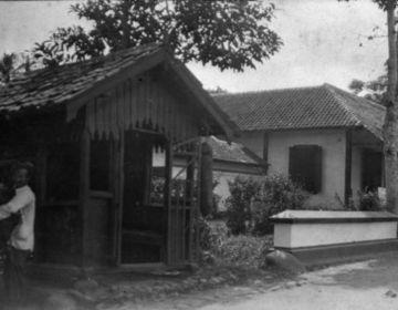 De ingang van het ziekenhuis te Garoet, circa 1920 (Wikimedia Commons/Collectie Stichting Nationaal Museum van Wereldculturen)