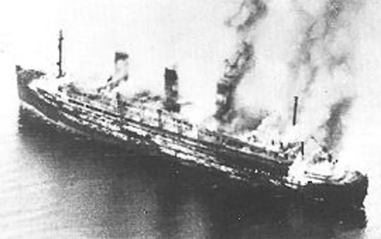 De brandende Cap Arcona kort na de aanval. (RAF - wiki)