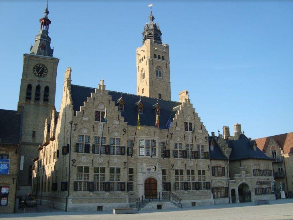 Het in 1923 herbouwde stadhuis van Diksmuide (© E. Ruis)