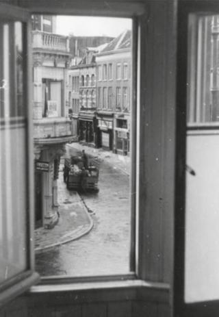 Duitsers plunderen verlaten huizen in de Koningstraat. (Foto De Booijs, Gelders Archief)