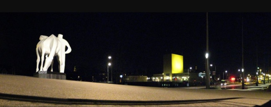 Het Peerd van Ome Loeks bij avond, met op de achtergrond het Groninger Museum (2008) - cc/Wutsje