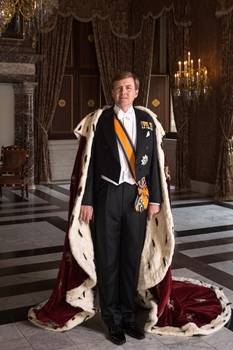 Koning Willem-Alexander met koningsmantel, april 2013 (CC0 - Koninklijk Huis - wiki)