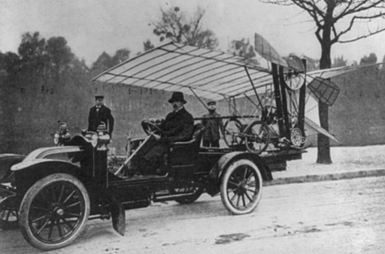 Alberto Santos-Dumont met zijn Demoiselle (Publiek Domein - wiki)
