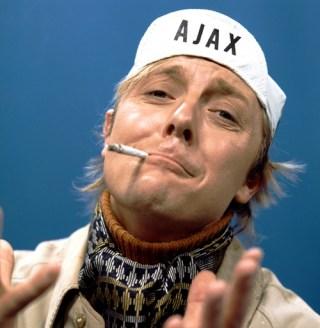 Aart Staartjes als Ajax-fan in de Stratemakeropzeeshow (CC BY-SA 3.0 - VARA - Beeld en Geluid - wiki)
