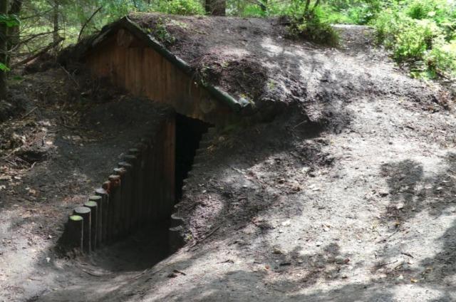 Toegang tot een van de hutten (CC BY 4.0 - G.Lanting - wiki)