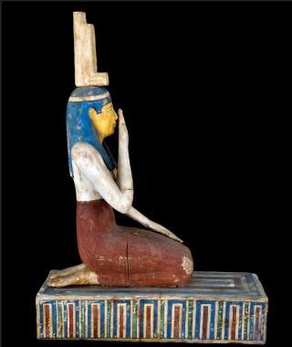 Isis treurt over de dood van haar echtgenoot Osiris, die door zijn broer is vermoord. Zij raapt zijn stukjes bij elkaar en brengt hem weer tot leven. Het zeldzame museumstuk van 300-200 v. Chr.,  is uitgeleend door het Roemer- und Pelizaeusmuseum in Hildesheim, Duitsland. (Foto: Roemer- und Pelizaeusmuseum - RMO)