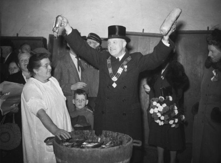 Haring en wittebrood tijdens een herdenking van het Leidens Ontzet in 1947 (CC0 - Archief - J.D. Noske)