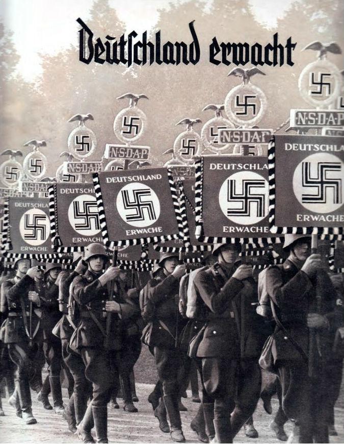 De sigarettenindustrie hielp Hitler graag met het verspreiden van propaganda voor zijn beweging. Dit sigarettenplaatjesalbum, Deutschland erwacht!, was bijzonder succesvol. Kinderen leerden zo op een speelse manier de geschiedenis van de NSDAP kennen.