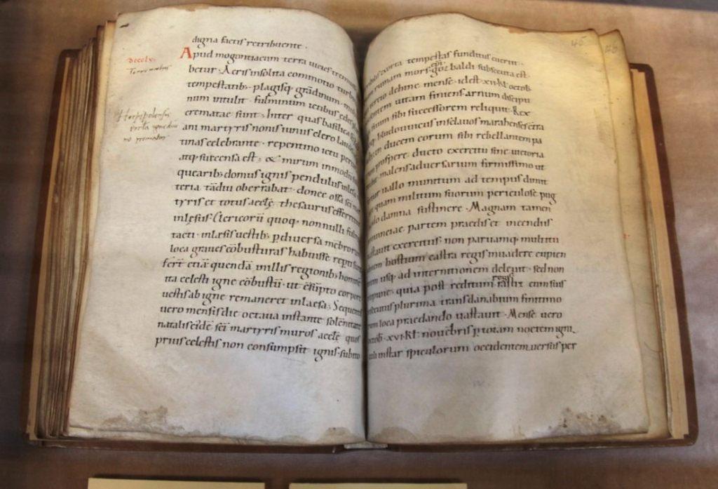 11e-eeuws Karolingische minuskel kopie van de Annales Fuldenses in de Humanistische Bibliotheek van Sélestat (CC BY-SA 2.0 - Alexandre Dulaunoy - wiki)