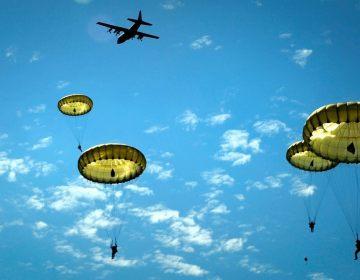 Paratroopers boven Sainte-Mère-Église tijdens een D-Day herdenking in 2014 (Publiek Domein - wiki)