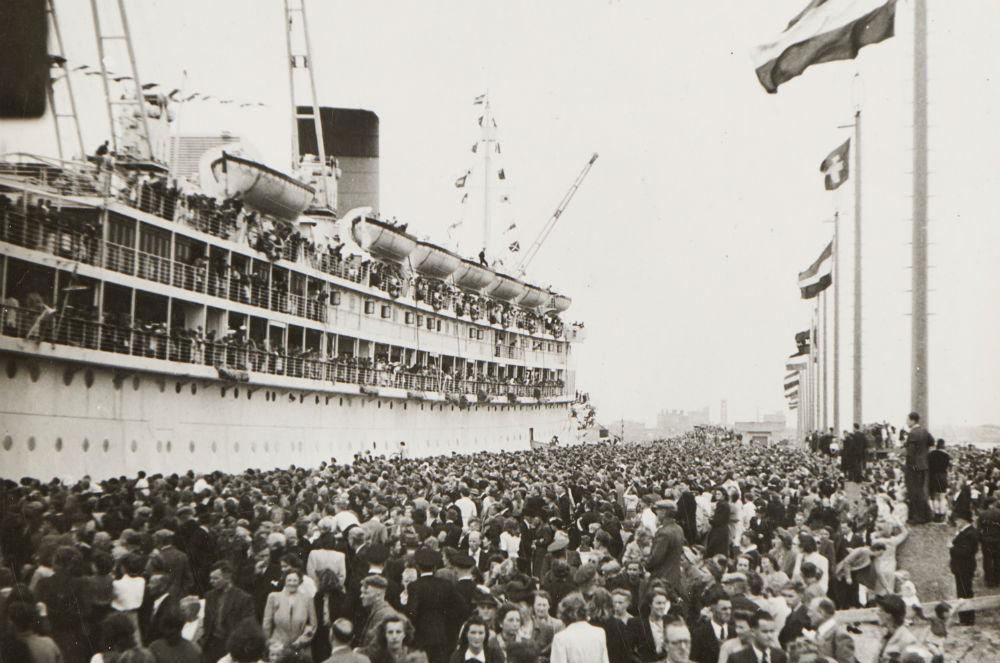 Terugkeer van MS Oranje in Amsterdam na de Tweede Wereldoorlog