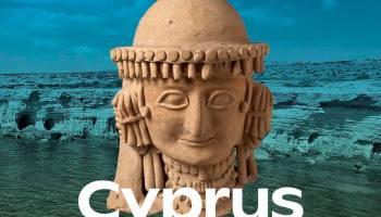 Een vrouw met sieraden, een dankbaarheidsbetuiging die werd aangetroffen in het heiligdom van Ayia Irini, heet bezoekers welkom op de expositie 'Cyprus - Eiland in beweging' in het Rijksmuseum voor Oudheden in Leiden.