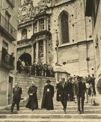 Benjamín de Arriba y Castro recollint el títol de Fill adoptiu el 1971. Font: ACCB. Fons Municipal Montblanc.