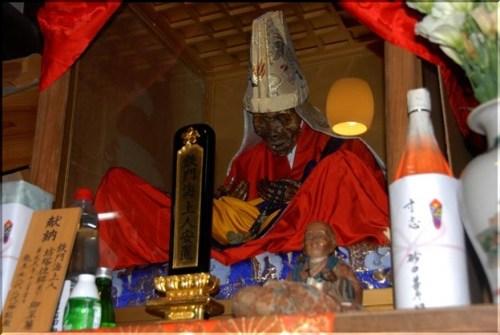 出典:注連寺 即身仏 ミイラ 鉄門海上人様 - 写真共有サイト「フォト蔵」