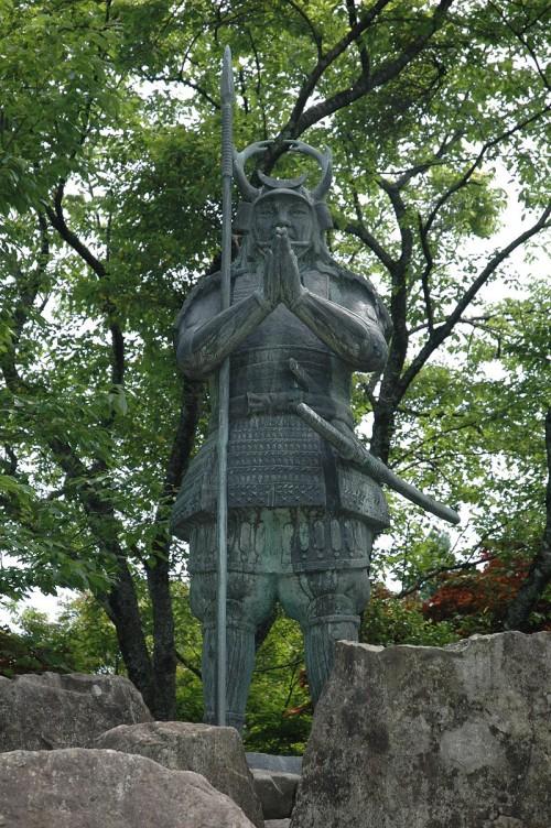 800px-Yamanaka_Shikanosuke_statue