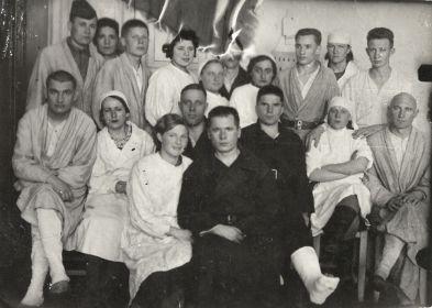 Сотрудники и больные эвакогоспиталя № 1727. Шадринск. 1943 г.