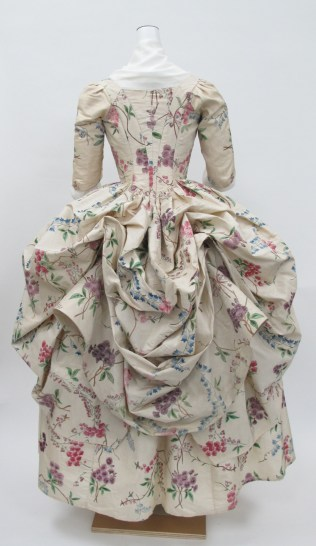 Robe à la Polonaise, ca. 1780. ephemeral-elegance.tumblr.com/post/120253909370/robe-à-la-polonaise-ca-1780-via-the-met