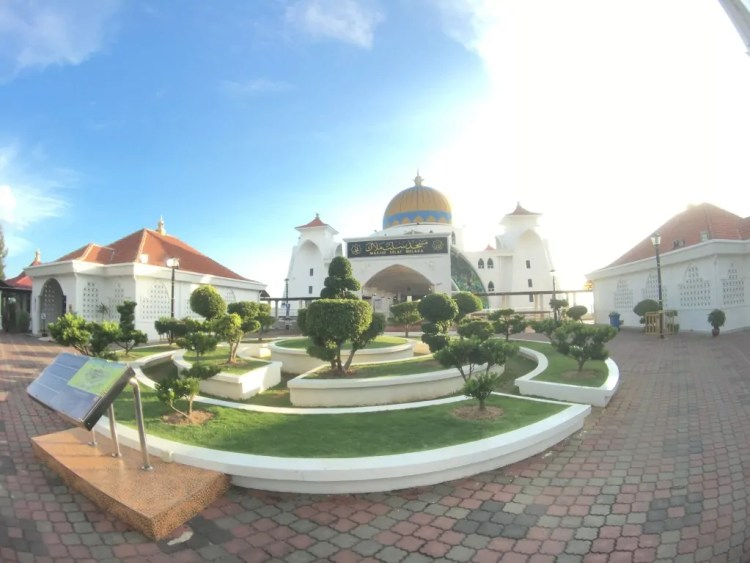 Straits Mosque. Photo by Ruben Arribas. Reused with Permission.