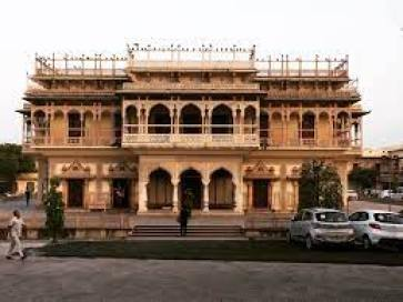 Built between 1729 and 1732, the City Palace is soon home to the Royal Family of Jaipur. The palace offering to its elegance includes of Chandra Mahal and Mubrak Mahal.