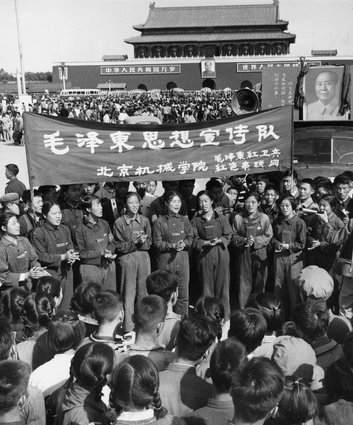 Fascinating Historical Picture of Mao Zedong with Red Guards on 11/1966