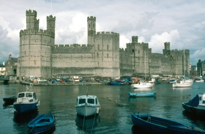 Caernarfon Castle, a headquarters of English rule in Wales. CC BY-SA 3.0 image from Wikipedia.