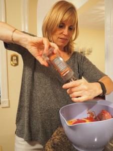 Astrid beim Zubereiten des Meat Loafs - noch ein wenig würzen ...