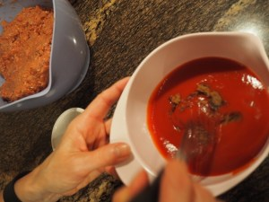 Die Tomatensauce mit dem Braunen Zucker vermengen...