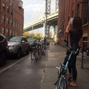 Foto vom Regenbogen über der Brooklyn Bridge