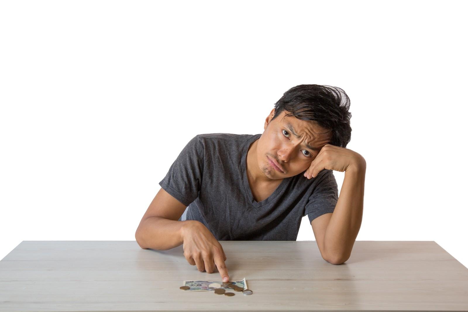 月末までの生活費に頭を悩ます浪費癖のある男性