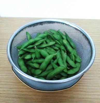 枝豆のゆで方③ざるに空け、塩を振って冷ます