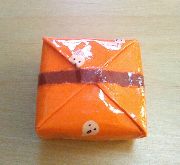 ムンク店長印の菓子折りマグネット(裏)