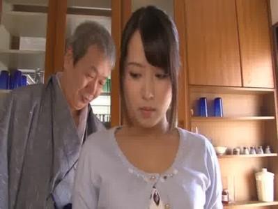 同居する変態義父のセクハラに感じてしまう黒髪美人若妻のひとずま動画