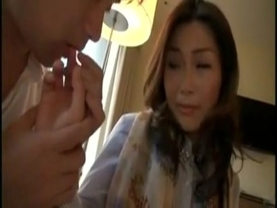 センズリ鑑賞から生ハメセックスしてる三十路美人妻のひとずま動画
