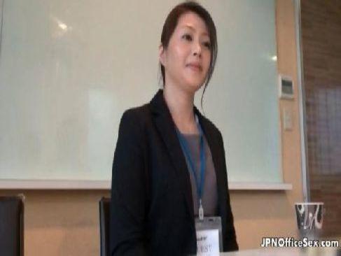 仕事中の三十路熟女妻が会議室でおまんこを弄られて喘ぐhitozumashiro
