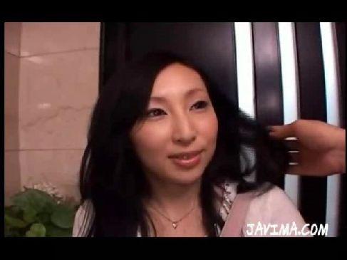 上品そうな40代の熟女人妻が玄関で浮気相手のチンポを咥えてるhitozumashiro