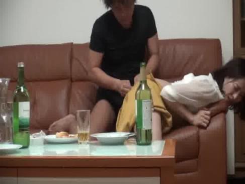 変態な夫に雇われたイケメンと酒盛り中に迫られて身体を許しちゃう30代の黒髪人妻の0938動画サンプル無料