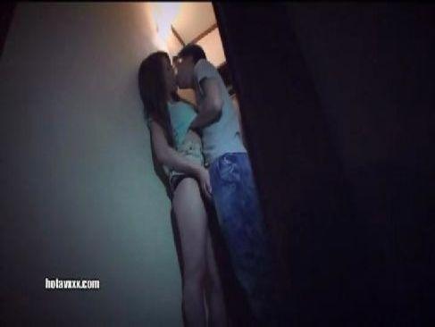 欲求不満な淫乱美人妻がコンビニで男を誘惑し非常階段や自宅で不倫セックスしてるひとずま動画無料