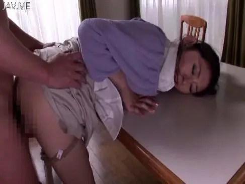 40歳の真面目そうな美熟女主婦が激しいピストンでおまんこを嵌められて悶えてるひとずま動画toikyo