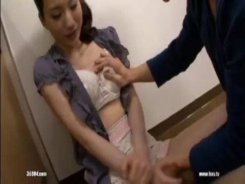 スレンダーな体が魅力的な貧乳美人妻が義理の息子といけない関係になるおめこなひとずま動画 kyoyuu