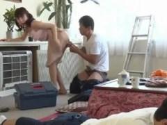 夫が仕事している隣でバレない様に業者を誘惑してこっそりセックスしちゃう淫乱な人妻動画