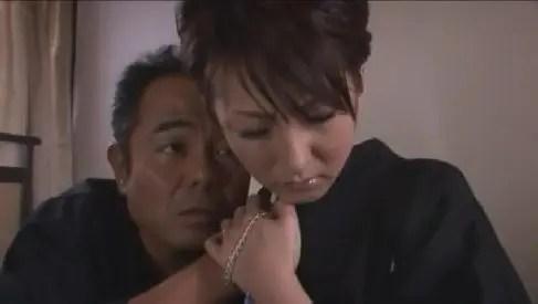 未亡人妻が夫を想い墓前でオナニーから親戚の親父に襲われる美人妻動画