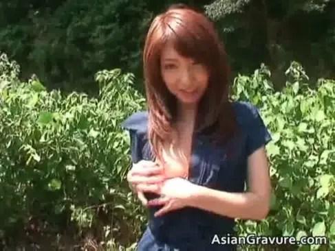 モデル系美乳美人妻が露出プレイに挑戦!山の中でおっぱいやおまんこを披露しちゃうひとずま動画
