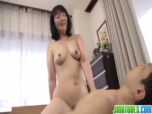田舎の五十路おばさんが息子の友達に跨りセックスしてる日活 無料yu-tyubu