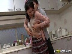 貧乳美熟女母が欲求不満だということがバレるいけない関係動画